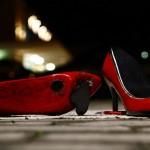 Scarpette rosse in ceramica: No alla violenza sulle donne