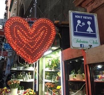 San Valentino Quartieri Spagnoli famoso per i cartelli dedicati all'amore