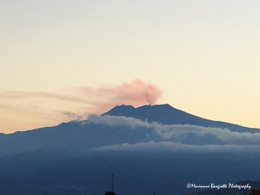 Etna fumante al tramonto visto da Taormina