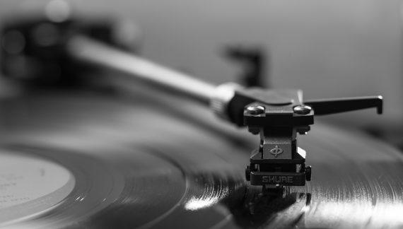 70 anni e non sentirli: un focus sulla storia e sul mercato di oggi dei dischi in vinile