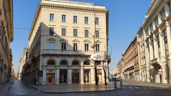 Shopping tra le strade deserte del lusso internazionale