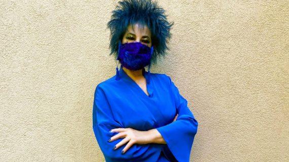 30 anni da festeggiare in blu. La sosia di Liz Taylor cambia look