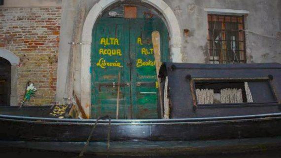 Acqua Alta: la cultura ha delle nuove colonne grazie ai libri sommersi