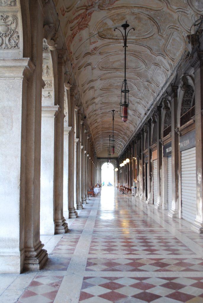 Venezia saracinesche abbassate Foto Mywhere