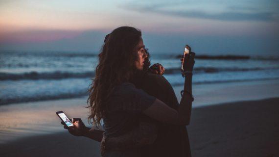 Tinder: come funziona l'amore ai tempi delle app. Anime gemelle o casi umani?