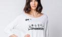 La grafica di un bambino sulla t-shirt bianca per celebrare le mamme