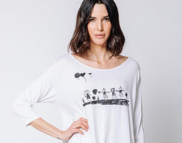 La grafica di un bambino per la t-shirt bianca per celebrare le mamme
