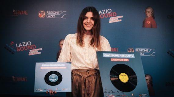 Sospesa: Claire Audrin, la cantante che suona le cose e il suo primo brano in italiano