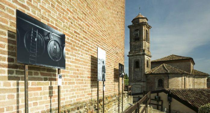 Volti di Barbaresco: una mostra fotograficaen plein airconsacra lestelle del vino